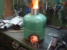 Resultado de imagen para rocket stove tambor de leite Gas Bottle Wood Burner, Wood Burner Stove, Diy Wood Stove, Rocket Stove Design, Diy Rocket Stove, Rocket Stoves, Fire Pit Grill, Diy Fire Pit, Cooking Stove