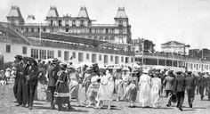 Vista de la playa de El Sardinero a principios del siglo XX, al fondo el balneario y detrás el Gran Hotel
