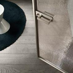 dettaglio della maniglia, il nottolino di chiusura è caratterizzato da forme geometriche ed essenziali. La porta è disponibile anche con serratura a chiave.
