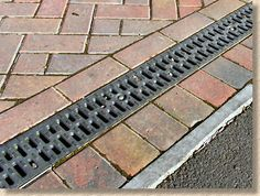 Para andadores Where do I buy concrete linear drainage and ductile iron grating? Backyard Drainage, Gutter Drainage, Backyard Landscaping, Patio Drainage Ideas, Backyard Projects, Outdoor Projects, Garden Projects, Drainage Channel, Linear Drain