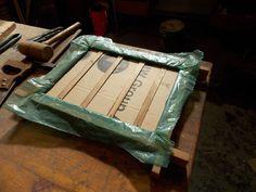 Parte posterior del bastidor. Se asegura con plástico, cartón y varillas hasta que el concreto se afirma en la malla. Luego se retira.