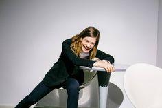 Was gibt's denn da zu lachen? Egal, Héloïse Letissier findet schon einen guten Grund. Es gibt ja viele, gerade für sie.
