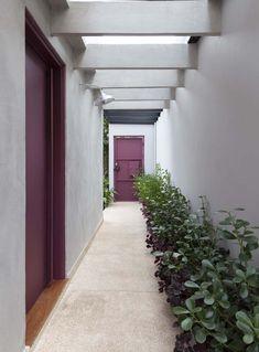 interior casa pequeña Casa reformada encanta com detalhes em rosa na fachada Shutters Exterior, Ranch Exterior, Lanai Design, House Exterior, Side Garden, Apartments Exterior, Exterior Stairs, Home Design Plans, Cafe Exterior