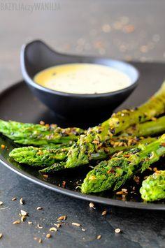 Bazylia czy Wanilia: Szparagi grillowane w sezamie z dodatkiem indyjskich…