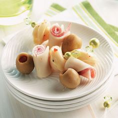 These cute kabobs from Pat Schmidt of Sterling Heights, Michigan will lend a little Italian flavor to any get-together. Cheese tortellini is marinated in salad dressing, then skewered on toothpicks along with stuffed olives, salami and cheese. Finger Food Appetizers, Appetizer Dips, Yummy Appetizers, Appetizers For Party, Appetizer Recipes, Snack Recipes, Popular Appetizers, Thanksgiving Appetizers, Gf Recipes
