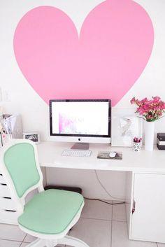 Super Chic Pink & Mint Office / Un beau bureau avec un gros coeur rose sur le mur