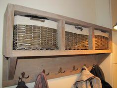 Kapstok van steigerhout, bewerkt met transparante olie. De mandjes had ik al, daaromheen heb ik de kapstok gemaakt.