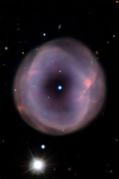 IC 5148 es una hermosa nebulosa planetaria situada a unos 3.000 años luz de distancia en la constelación de Grus (la Grulla). La nebulosa tiene un diámetro de un par de años-luz , y todavía está creciendo a más de 50 kilómetros por segundo - una de las nebulosas planetarias más rápida expansión conocida .