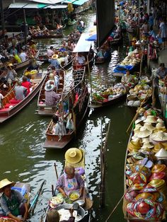 Visit the floating market in Thailand