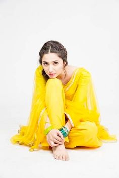 Mahira Khan is back on screen with her new serial 'Sadqay Tumharay'. Pakistani Fashion Casual, Pakistani Outfits, Ethnic Fashion, Indian Outfits, Indian Fashion, Mahira Khan Dresses, Stylish Photo Pose, Pakistani Actress, Pakistani Dramas