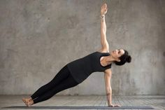 How to build core strength with these 8 yoga poses A strong core matters for many reasons - not only to get that 6 packs! It helps with posture, balance, back health and much more. How wonderful that yoga can help build some core strength! Fitness Del Yoga, Fitness Abs, Fitness Motivation, La Diabetes Mellitus, Yoga Posen, Yoga Positions, Bikram Yoga, Reduce Belly Fat, Fat Burning Workout