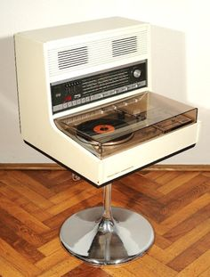 LP Player super kitsch atomic pop art style record player how cool is this for your retro vintage decor Vintage Records, Vintage Music, Retro Vintage, Vintage Record Players, Vintage Modern, Framed Records, Vinyl Records, Pc Table, Vinyl Record Player