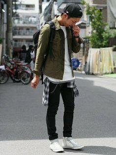 ミリタリーシャツ×ストレッチスキニーパンツのオータムスタイル。サイドZIP付きのハイカットスニーカー