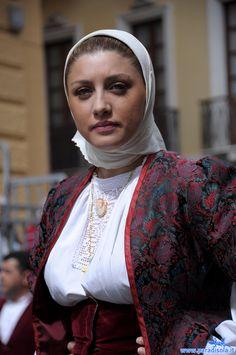 Iranian Women Fashion, Muslim Fashion, Caucasian Race, Iranian Beauty, Costumes Around The World, Beautiful Muslim Women, Hijab Dress, Islamic Pictures, India Beauty