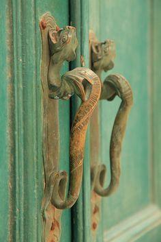 Intricate door handles on a green door in Korcula Black Door Handles, Knobs And Handles, Knobs And Pulls, Cool Doors, Unique Doors, Door Knobs And Knockers, Door Detail, Door Gate, Door Accessories