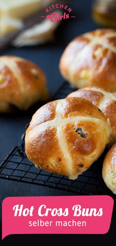 Rezept: Hot Cross Buns selber machen Hot Cross Buns, Hamburger, Low Carb, Bread, Workouts, Food, Delicious Sandwiches, Bread Baking, Simple