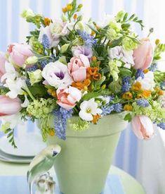 Tulpen, Freesien und Enzian: ein Blumenstrauß, der so sinnlich anmutet, wie eine unschuldige Frühlingsromanze.