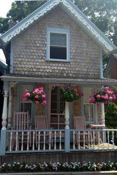 Cottage Porch, Cottage Living, Cozy Cottage, Cottage Homes, Shabby Cottage, Garden Cottage, Living Room, Pink Houses, Little Houses