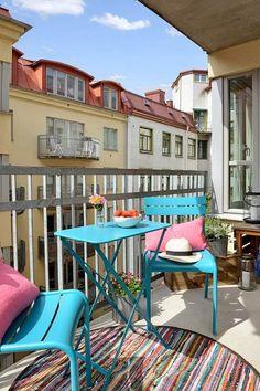 idées déco pour votre balcon avec une table et chaises pliables