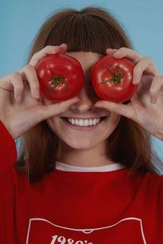 """La doctora Jessica Wu, dermatóloga y escritora de la guía alimenticia Feed Your Face dijo a Forbes que """"la comida se digiere y divide en vitaminas, minerales y aminoácidos que el cuerpo utiliza para mantener una piel sana"""". Si rompemos la dieta o comemos comida muy procesada, nuestra piel no estará fuerte y flexible como podría estar."""