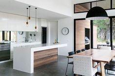 comptoir blanc avec devant en bois. T able en bois. Serait beau avec divan gris,plancher de bois gris et tapis blanc.