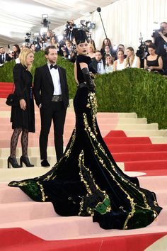 Katy Perry making a fabulously bold entrance to the 2016 Met Gala. The dress is Prada and its spectacular. The hair and makeup kind turned it into a costume, she should have gone less Club, more Class.