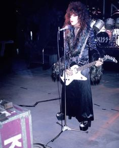 Paul Stanley during the filming of the 'I Want You' promo clip. Kiss Images, Kiss Pictures, Hard Rock, Guitar Strumming, Vinnie Vincent, Eric Carr, Vintage Kiss, Kiss Photo, Best Kisses