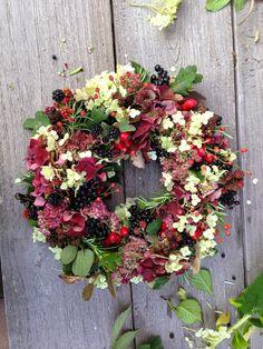 Die Schaubude ---Guter Stoff in Form gebracht---: Herbstkranz 2014 Diy Fall Wreath, Autumn Wreaths, Burlap Wreath, Hydrangea Wreath, Floral Wreath, Hydrangea Garden, Indian Corn Wreath, Magnolia Leaf Garland, Natal Diy