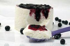 Bavarese allo yogurt con salsa di mirtilli neri