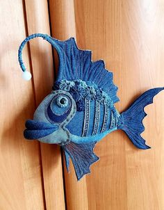 Fabric Toys, Fabric Art, Fabric Crafts, Sewing Crafts, Sewing Projects, Paper Toys, Jean Crafts, Denim Crafts, Fabric Fish