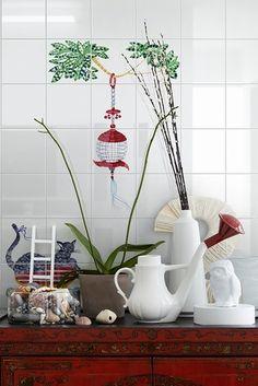 Sette soggetti decorativi di varie dimensioni, interamente realizzati a mano su fondo lucido (Bianco Extra) nel formato cm. 20x20.