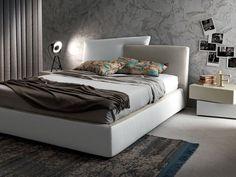 Meeting Up di Presotto è un letto ergonomico dotato di un ampio contenitore che si solleva, con due semplici e veloci movimenti, per poter pulire al di sotto. La testata, imbottita e rivestita in tessuto Visconti, ha un'originale forma asimmetrica. Prezzo su richiesta. www.presotto.it