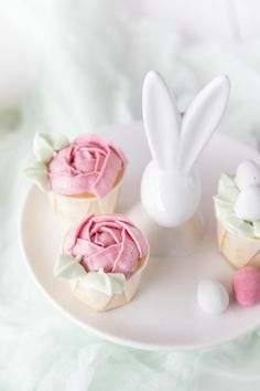easter cupcakes with mango and eggnog and swiss meringue buttercream . Oster Cupcakes, Desserts Ostern, Easter Biscuits, About Easter, Mango, Easter Table Decorations, Easter Colors, Easter Party, Egg Decorating