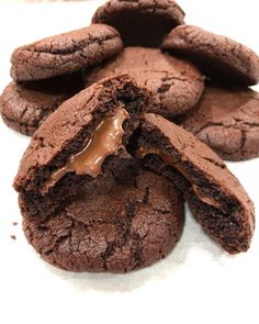 Chocolate Chip Cookies with Delicate Cream Filling – Travel World Cookie Desserts, Fun Desserts, Cookie Recipes, Delicious Desserts, Dessert Recipes, Cooking Bread, Beautiful Desserts, Creative Food, No Cook Meals