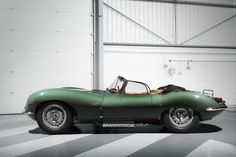 On the occasion of this year's Los Angeles Auto Show, Jaguar Classic has unveiled the first Jaguar XKSS to be built in 60 years. Jaguar Type E, Jaguar Xk, Jaguar Cars, New Jaguar Car, Lamborghini Miura, Aston Martin, Automobile, Best Classic Cars, Cars Motorcycles
