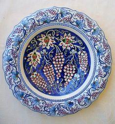 Fatma Zehra Aktaş....çini tabak 35cm...özgün kompozisyon Ceramic Tile Art, Ceramic Plates, Porcelain Ceramics, Ceramic Pottery, Pottery Art, Decorative Plates, Ceramics Tile, Turkish Design, Turkish Art