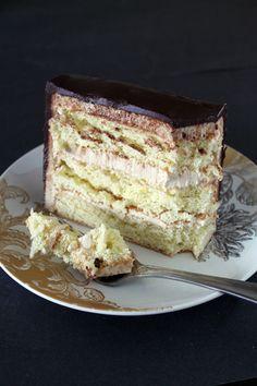 Buffalo Sponge Candy Cake 😋 FULL RECIPE HERE Candy Cake Recipe candy cake recipe candy bar cake recipe chocolate candy cake recipe snicke. Sweet Recipes, Candy Recipes, Dessert Recipes, Sweets Cake, Cupcake Cakes, Cupcakes, Candy Cane Cake Recipe, Snickers Cake Recipes, Candy Crush Cakes