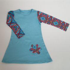 Zeegroen jurkje met mouwen in een paisley motief. Mouwen van heerlijk soepele tricot en het lijfje is van iets dikkere tricot leverbaar in 92 104 116 128 en 140 www.byella.nl