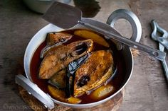 Ilish macher tel jhol is a typical Bangladeshi item, where minimum spices are used to cook this dish with raw ilish mach, I mean in this particular dish, Ilish must not be fried before adding into the gravy. Easy Recipes, Easy Meals, Recipe Master, Fish Dishes, Gravy, Seafood Recipes, Pisces, Fries, French Toast