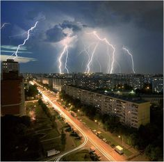 lightening - How do you capture this? Lightning Cloud, Thunder And Lightning, Lightning Strikes, Lightning Storms, Weather Storm, Wild Weather, Nature Pictures, Beautiful Pictures, Storm Pictures