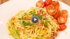Spaghetti alla carbonara con verdure e insalata pomodorini (spaghetti carbonara met groente en tomatensalade) - recept | 24Kitchen