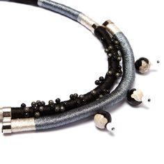 Colar de corda com fios metalizados, esferas de turmalina e pirita