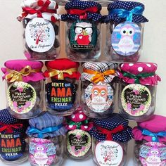 Confira 10 ideias de lembrancinhas para você presentear no dia dos professores. Diy And Crafts, Crafts For Kids, Candy Art, Diy Gift Baskets, Bottle Lights, Teachers' Day, Party Shop, Teacher Gifts, Diy Gifts