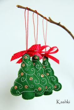 Vánoční stromeček - 3 ks Ručně vyšivaný vánoční stromeček z plsti. Je ozdoben flitry a mašlí. Stromeček můžeme použít na vánoční výzdobu nebo jako dárek. Vánoční dekorace je vhodná k zavěšení na vánoční stromeček, můžeme ji také za přišité poutko zavěsit třeba za kliku u okna nebo u dveří. Uvedená cena je za 3 kusy. Cena za 1 kus je 60 korun. ...