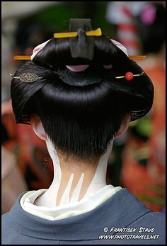 Detail of Geisha hair dress viewed from behind, Kyoto, Japan Geisha Hair, Geisha Makeup, Memoirs Of A Geisha, White Makeup, Dress Hairstyles, Hairdos, Japan Photo, Tea Ceremony, Hair Ornaments
