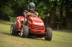 Honda UK has teamed up with British touring car championship partner, Team Dynamics, to create the world's fastest lawn mower. The re-engineered Honda lawn tractor is conceived Honda Fit, Honda Honda, Touring, Best Lawn Mower, Cb 500, Riding Lawn Mowers, 2013 Honda, Mini Bike, Top Gear