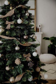 Je vous montre mon sapin de Noël pour vous donner un peu d'inspiration si vous en cherchez encore ! Et puis sinon, ça vous aidera pour l'année prochaine 🙂 Winter Christmas, Christmas Time, Xmas, Tree Decorations, Christmas Decorations, Holiday Decor, Solid Wood Flooring, Christmas Table Settings, Home Renovation