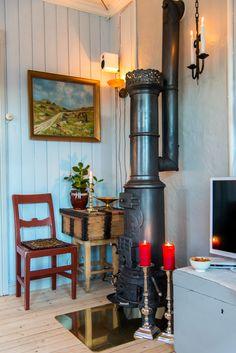 Jul i koselig sveitserhus | Magasinet Norske Hjem Home Appliances, House, Interior, Home, Vintage House, Swedish Decor, Soothing Colors, Seaside Living, Wood Stove