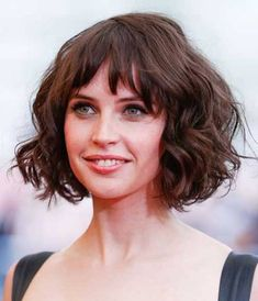 18 Best Curly Bob Hairstyles To Inspire You Gelockte Bob-Frisuren von Felicity Jones Bobbed Hairstyles With Fringe, Bob Haircut With Bangs, Wavy Bob Hairstyles, Short Bob Haircuts, Curly Bob Bangs, Short Bangs, Hairstyles 2018, Pelo Pixie, Short Wavy Hair