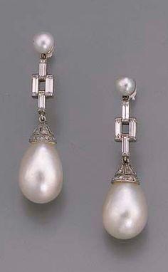ART DECO Pendentes de diamantes y perlas.  Perla en forma de gota con el casquillo de engastado de diamantes suspendida de la línea de cuatro piedra de talla baguette de diamantes y superar de una sola perla, c. 1920